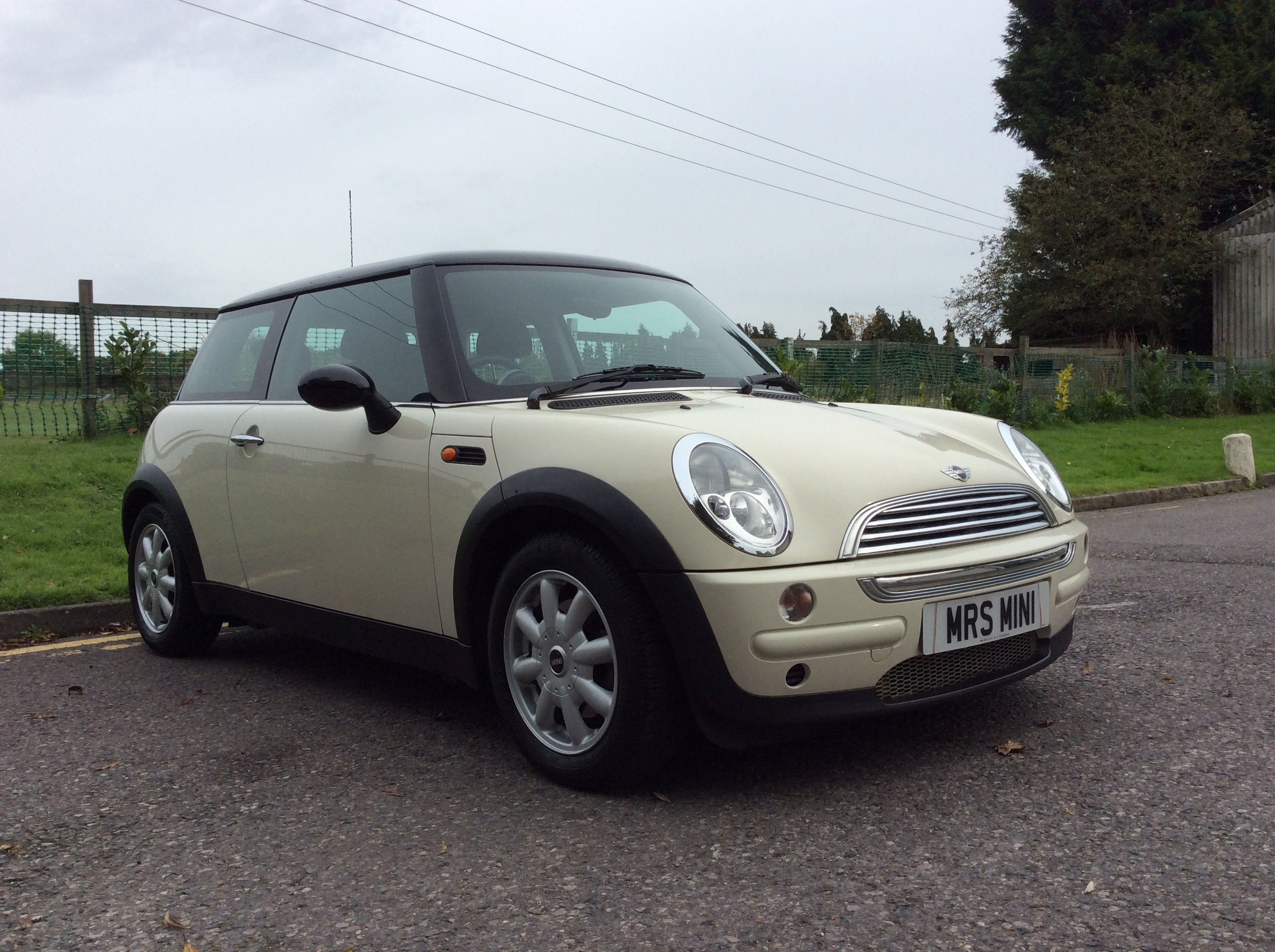 2004 mini cooper in pepper white with low miles 55k mrs mini used mini cars for sale. Black Bedroom Furniture Sets. Home Design Ideas