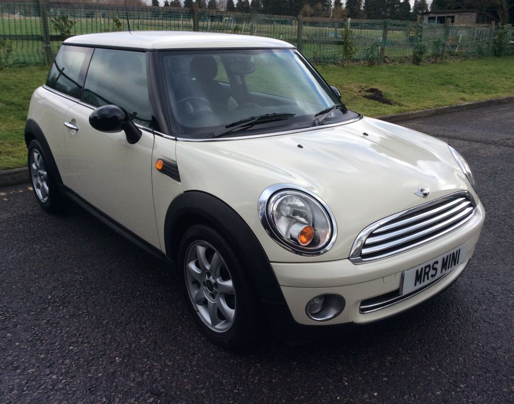marianna has chosen this 2008 mini one 1 4 in pepper white with half white leather mrs mini