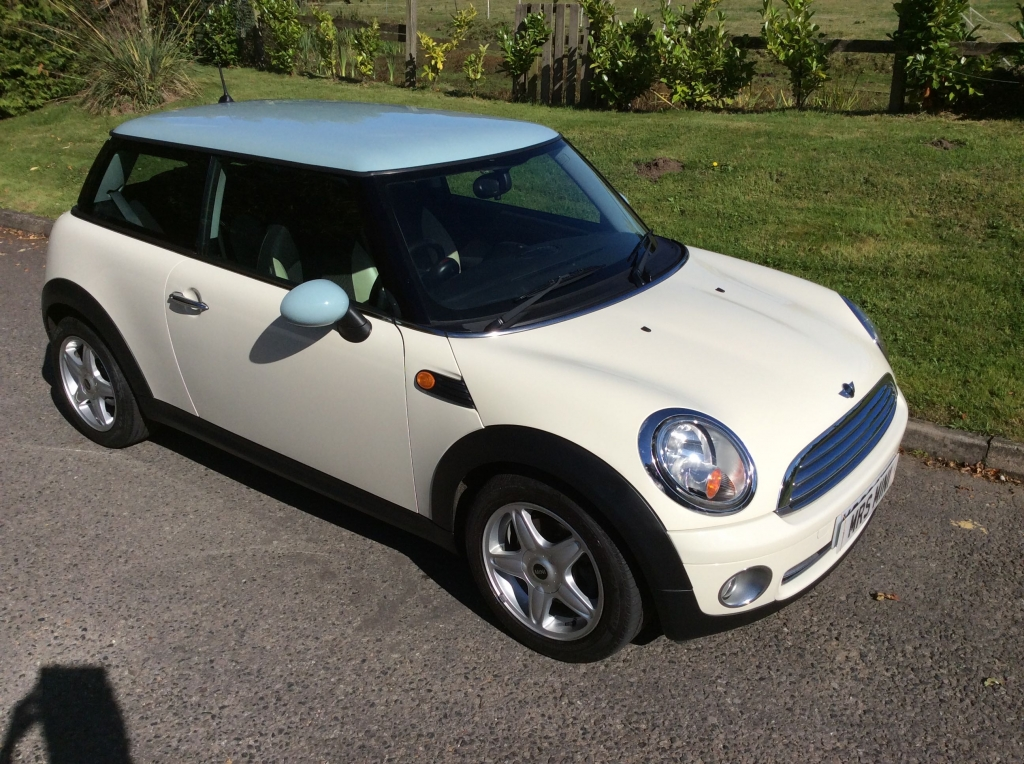 2009 mini one in pepper white with ice blue roof pepper pack half white leather sports seats. Black Bedroom Furniture Sets. Home Design Ideas