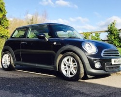 2012/62 MINI Cooper (Sports Chili) in Black with Great Spec & Full History