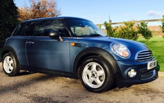 2010 / 60 MINI One Automatic with PEPPER & VISIBILITY Packs Plus she has Full Punch Leather Sports Seats too