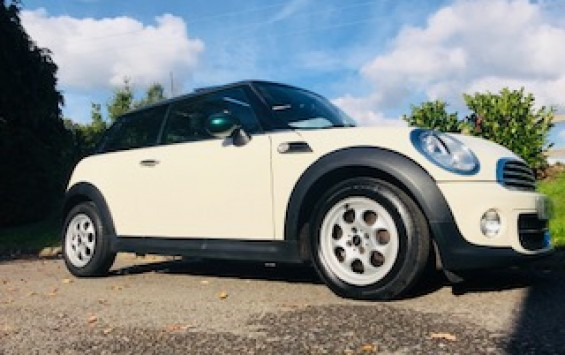 Super Rare 2013 MINI Cooper AUTOMATIC In Pepper White with Green Park & PANORAMIC SUNROOF + Half Leather